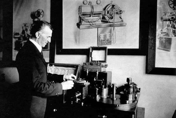 Tesla, más adelante en su vida, ajustando un dispositivo de radio en su laboratorio de comunicaciones inalámbricas